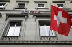 El logo del Banco suizo UBS en una sucursal de la compañía en Berna, mayo 9, 2016. El mayor banco de Suiza, UBS, podría autorizar el uso de tasas de interés negativas para sus clientes acaudalados o añadir nuevos cargos por gestiones para garantizar rentabilidad y retornos de capital en el actual ambiente financiero, dijo el martes el presidente ejecutivo de la compañía.  REUTERS/Ruben Sprich