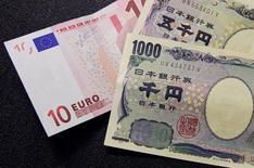 La Banque centrale européenne (BCE) et la Banque du Japon (BoJ) pourraient bientôt consacrer à des achats d'actions des montants comparables à ceux alloués aux obligations si les moyens déjà déployés pour tenter de relancer la croissance et l'inflation continuent de décevoir. /Photo d'archives/REUTERS/François Lenoir