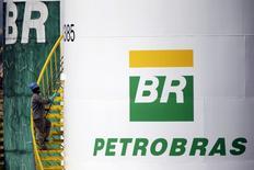 Trabalhador pinta tanque da Petrobras em Brasília, em foto de arquivo 30/09/2015 REUTERS/Ueslei Marcelino/Files