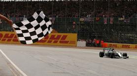 Formula One - F1 - British Grand Prix 2015 - Silverstone, England - 5/7/15 Mercedes' Lewis Hamilton crosses the finish line to win the race Reuters / Phil Noble    - RTX1J3DF