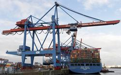 El Producto Interior Bruto (PIB) alemán duplicó con creces su tasa de crecimiento en el primer trimestre de 2016 por el aumento del gasto público y de los hogares, al tiempo que el incremento de la inversión en la construcción y en bienes de equipo compensó la ralentización de la demanda exterior, según datos preliminares publicados el viernes. En la imagen, un barco de contenedores en la terminal de carga del puerto de Altenwerder, Hamburgo, Alemania, 3 de febrero de 2016.  REUTERS/Fabian Bimmer