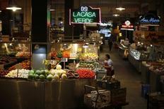 Un hombre arregla vegetales en el Gran Mercado Central en Los Ángeles, California, 8 de marzo de 2015. Los precios al productor en Estados Unidos subieron en abril por un incremento de los costos de la energía, pero un avance marginal en el valor de los servicios apuntó a un aumento moderado en la inflación en los próximos meses. REUTERS/Lucy Nicholson