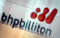 Imagen de archivo del logo de la minera BHP Billiton en su sede en Melbourne, nov 30, 2003. Los trabajadores de la mina chilena Spence de BHP Billiton iniciaron el viernes una paralización de 24 horas tras denunciar una falta de respuestas a diversas demandas laborales, informó el sindicato. REUTERS/Tim Wimborne