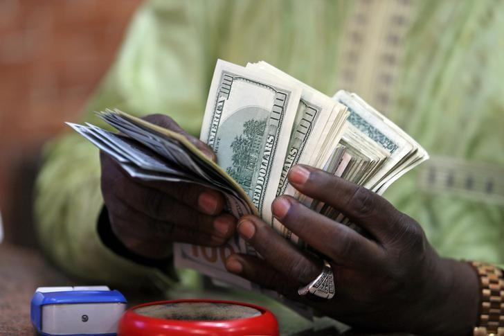 A bureau de change operator counts U.S. currency notes in Abuja, March 12, 2015.Picture taken March 12, 2015. REUTERS/Afolabi Sotunde