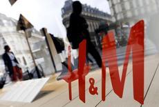 En la imagen de archivo, varias personas pasean junto a una tienda de H&M en París, Francia. H&M, la segunda cadena minorista de ropa más grande después de la española Inditex, reportó el lunes un aumento de sus ventas en abril menor que lo previsto y dijo que las temperaturas inusualmente bajas en varios de sus mercados clave afectaron a su negocio. REUTERS/Régis Duvignau