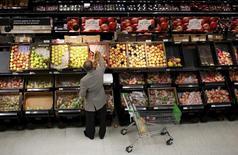 La hausse des prix à la consommation a, pour la première fois depuis septembre 2015, ralenti sur un an en avril en Grande-Bretagne. Elle s'élève à 0,3% sur un an, après une hausse de 0,5% en mars et de 0,3% en février. /Photo d'archives/REUTERS/Suzanne Plunkett