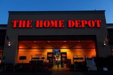 Home Depot, le numéro un américain du bricolage, a annoncé une hausse de 9% de son chiffre d'affaires trimestriel, une météo variable ayant soutenu la demande. Le bénéfice net du groupe a augmenté, à 1,80 milliard de dollars, au premier trimestre clos le 1er mai, contre 1,58 milliard de dollars un an auparavant. /Photo prise le 4 avril 2016/REUTERS/Mike Blake