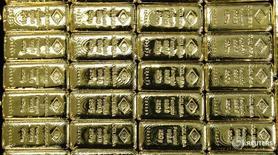 Слитки золота на заводе Oegussa в Вене 18 марта 2016 года. Золото дешевеет во вторник отчасти из-за роста мировых фондовых рынков, уменьшающего привлекательность драгоценного металла, который часто воспринимается как убежище от более рискованных активов. REUTERS/Leonhard Foeger