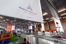 Groupe ADP annonce mardi une hausse de 4,1% de son trafic des aéroports parisiens en avril, bénéficiant notamment d'un comparatif favorable par rapport au mois correspondant de 2015 qui avait été pénalisé par une grève de la navigation aérienne. /Photo prise le 14 avril 2016/REUTERS/Benoît Tessier
