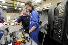 En la imagen, el jefe ingeniero Paul Kelly (I) da instrucciones en el taller de PK Engineering Ltd en Hereford, Reino Unido, el 15 de marzo de 2016. La cantidad de británicos sin empleo bajó en el trimestre terminado en marzo, en un indicio de que el mercado laboral se mantuvo firme en medio de la desaceleración económica que vive el país antes del referéndum que definirá la permanencia o no del Reino Unido en la Unión Europea. REUTERS/Rebecca Naden