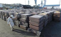 Un trabajador portuario revisa un cargamento de cobre, en el puerto de Valparaíso, Chile. 25 de enero de 2015. El Producto Interno Bruto (PIB) de Chile creció un 2,0 por ciento en el primer trimestre, en una variación mejor a la esperada, que estuvo empujada por las exportaciones y en menor medida por la demanda interna. REUTERS/Rodrigo Garrido