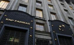 Selon une source au fait du dossier, BNP Paribas envisage de réduire de 5% ses effectifs (233 postes) dans la banque d'investissement au Royaume-Uni rien qu'en 2016, dans le cadre d'un plan plus vaste pour réduire les coûts dans sa division BFI pénalisée par une réglementation renforcée et un recul des revenus. /Photo prise le 1er mars 2016/REUTERS/Jacky Naegelen