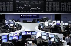 Las acciones europeas se recuperaron tras una apertura débil el miércoles, ayudadas por un repunte del sector bancario y un rebote en Wall Street que contrarrestaron algunos resultados trimestrales flojos. En la imagen, operadores financieros trabajan en la Bolsa de Fráncfort, en Alemania, el 10 de mayo de 2016.   REUTERS/Staff/Remote