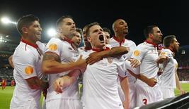 Jogadores do Sevilla comemoram gol contra o Liverpool.  18/5/16.  Reuters/Michael Dalder