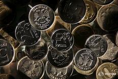 Рублевые монеты в Москве 11 января 2016 года. Рубль начал биржевую сессию четверга снижением в ответ на текущее падение нефти и валют-аналогов после протоколов последнего заседания ФРС, вернувших на рынки ожидания повышения процентной ставки по доллару США уже в июне. REUTERS/Maxim Zmeyev