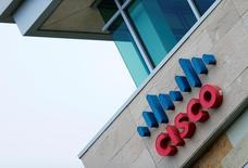 Логотип Cisco в Сан-Диего, Калифорния.  Производитель сетевого оборудования Cisco Systems отчитался о лучших, чем ожидалось, результатах и дал оптимистичный прогноз на текущий квартал, что отправило акции компании вверх примерно на 7 процентов. REUTERS/Mike Blake