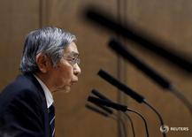 El gobernador del Banco de Japón, Haruhiko Kuroda, habla durante una rueda de prensa en el Parlamento de Tokio, en Japón, el 18 de febrero de 2016. El Banco de Japón no dudaría en flexibilizar más su política monetaria si la volatilidad de los mercados, que ha derivado en un alza del yen, pone en riesgo su meta de inflación del 2 por ciento, dijo el jueves el gobernador de la entidad, Haruhiko Kuroda. REUTERS/Toru Hanai