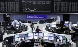 Las bolsas europeas cerraron con pérdidas el jueves, casi en mínimos de la sesión, presionadas por caídas en los precios de las materias primas y arrastradas por los descensos en Wall Street. En la imagen, operadores trabajan en sus mesas delante del índice de precios alemán DAX en la Bolsa de Fráncfort, Alemania,el 19 de mayo de 2016.     REUTERS/Staff/Remote