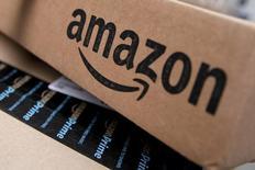 La Commission européenne compte annoncer d'ici juillet une décision sur l'accord fiscal conclu entre Amazon et le Luxembourg et pourrait ordonner au Grand-Duché de récupérer autour de 400 millions d'euros d'arriérés, selon deux sources. La CE cherche à déterminer si le géant américain du commerce en ligne a bénéficié d'un avantage indu qu'elle assimile à une aide d'Etat. /Photo prise le 29 janvier 2016/REUTERS/Mike Segar