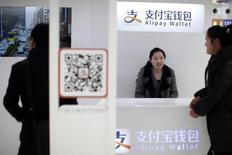 Comptoir Alipay en gare de Shanghaï. Samsung Electronics a annoncé vendredi avoir passé un accord avec un affilié d'Alibaba permettant aux acheteurs de ses smartphones de faire plus facilement des paiements par le biais de comptes Alipay, espérant ainsi doper ses ventes sur le marché mondial des combinés mobiles. /Photo d'archives/REUTERS/Aly Song