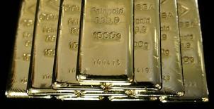 Слитки золота на заводе 'Oegussa' в Вене. 18 марта 2016 года. Золото дорожает в пятницу после двух дней потерь, но готовится завершить неделю сильнейшим падением за два месяца из-за растущих ожиданий повышения процентных ставок США уже в следующем месяце. REUTERS/Leonhard Foeger