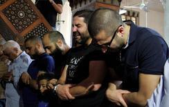 Parentes de vítimas da queda de avião da EgyptAir durante oração em mesquita do Cairo. 20/05/2016 REUTERS/Stringer