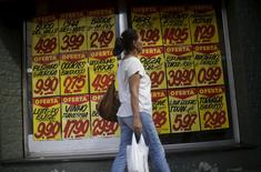 Consumidora passa em frente a supermercado do Rio de Janeiro. 09/12/2015 REUTERS/Ricardo Moraes