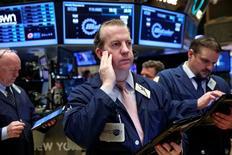 Wall Street se prépare à une semaine riche en statistiques économiques qui pourraient donner raison à la Réserve fédérale et conforter les anticipations de hausse de taux dès le mois prochain. /Photo prise le 12 avril 2016/REUTERS/Lucas Jackson