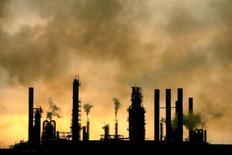 Vista general de la refinería venezolana Amuay, en Punto Fijo. 18 de mayo de 2006. La estatal Petróleos de Venezuela (PDVSA) dijo el lunes que inició labores para sustituir dos chimeneas en su mayor refinería, Amuay. REUTERS/Jorge Silva