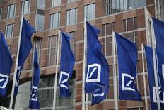 Le siège de Deutsche Bank à Francfort. La banque allemande a inscrit dans ses comptes de 2015 une charge d'environ 450 millions d'euros au titre d'une fraude lors de transactions en actions. /Photo prise le 19 mai 2016/REUTERS/Kai Pfaffenbach