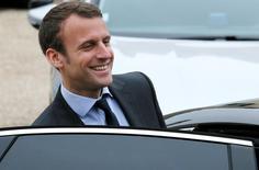 La reforma laboral francesa que ha provocado huelgas y ha dividido a la mayoría del gobierno socialista necesita ir más lejos, según Emmanuel Macron, el ministro de Economía que es considerado un potencial candidato para las elecciones presidenciales del año que viene. En la imagen, el ministro de Economía francés Emmanuel Macron abandona el Palacio del Elíseo en París, Francia, el 11 de mayo de 2016. REUTERS/Gonzalo Fuentes