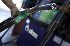 Un empleado toma un surtidor de bencina en una gasolinera de Bangkok, Tailandia. El petróleo caía por quinta sesión consecutiva el martes debido a un aumento de la producción en los principales exportadores de crudo y a la fortaleza del dólar. REUTERS/Athit Perawongmetha