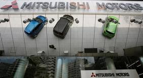 Mitsubishi Motors dijo que un ejecutivo de Nissan Motor había pasado a dirigir su área de investigación y desarrollo, como parte de una reestructuración en la gestión, a raíz del escándalo de pruebas falsificadas de consumo, que también repercutió en sus beneficios.  En la imagen, vehículos de Mitsubishi Motors Corp reflejados en una pared externa en la sede de la compañía en Tokio, el 23 de mayo de 2013. REUTERS/Toru Hanai/File Photo