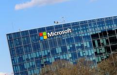 Microsoft  va supprimer 1.850 postes, la plupart d'entre eux en Finlande, dans sa division smartphones héritée de Nokia. /Photo prise le 18 avril 2016/REUTERS/Jacky Naegelen