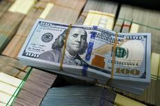 Пачка долларовых банкнот в банке Бангкока. Доллар достиг пика двух месяцев к корзине основных валют в среду на фоне ожиданий повышения Федрезервом США процентных ставок в ближайшие месяцы. REUTERS/Athit Perawongmetha