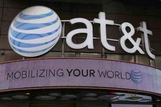 Una tienda de AT&T en Nueva York, oct 29, 2014. AT&T Inc, el segundo proveedor inalámbrico más importante de Estados Unidos, presentó una oferta por el negocio de internet de Yahoo Inc, según reportó el miércoles Bloomberg citando fuentes familiarizadas con la propuesta.    REUTERS/Shannon Stapleton/File Photo