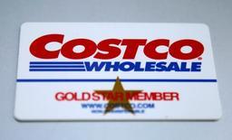 Членская карта Costco Wholesale . Компания-ритейлер Costco WholesaleCorp, владеющая сетью продовольственных магазинов и складов самообслуживания клубного типа, сообщила об отсутствии роста квартальных сопоставимых продаж в её магазинах в США впервые более чем за шесть лет, виной чему слабые продажи в апреле.  REUTERS/Jim Young
