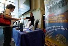 Una persona buscando empleo escucha a una recluta en una feria de trabajos en Denver, Estados Unidos. 9 de mayo de 2016. El número de estadounidenses que presentaron nuevas solicitudes del subsidio de desempleo bajó más de lo esperado la semana pasada, mientras el mercado laboral continúa saludable y la economía recupera impulso tras desacelerarse en el primer trimestre. REUTERS/Rick Wilking