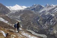 Люди идут по долине Кхумбу рядом с горой Эверест. REUTERS/Antoni Slodkowski