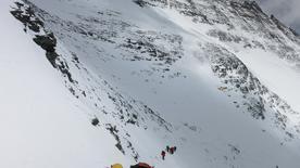 Альпинисты идут в лагерь на склоне Эвереста. 19 мая 2016 года. Тело индийского альпиниста обнаружено на верхних склонах горы Эверест - он стал четвёртым погибшим во время восхождения на высочайшую в мире гору со времени возобновления экспедиций весной. Phurba Tenjing Sherpa/Handout via REUTERS