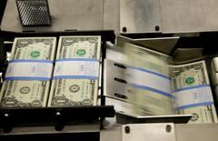 Notas de um dólar são vistas no Bureau of Engraving and Printing, em Washington  14/11/2014 REUTERS/Gary Cameron