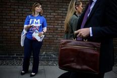 """Nueve de cada 10 de los principales economistas británicos que trabajan en el distrito financiero de Londres y en el mundo académico creen que la economía local se verá perjudicada si Reino Unido sale de la Unión Europea, según un sondeo divulgado el domingo. En la imagen, una mujer reparte información sobre el referendum, con una camiseta en la que se lee """"I'm in"""", para demostrar que votará a favor de la permanencia de Reino Unido en la UE. En Londres, el 20 de mayo de  2016.  REUTERS/Kevin Coombs"""