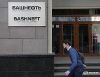 Прохожий идет мимо штаб-квартиры Башнефти в Москве. Госкомпания Башнефть нарастила чистую прибыль по МСФО в первом квартале 2016 года на 27 процентов до 14,43 миллиарда рублей в основном благодаря восстановлению финансовых активов, сообщила компания в понедельник. REUTERS/Maxim Zmeyev