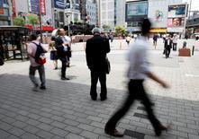 Quartier des affaires à Tokyo. Les dépenses des ménages au Japon ont reculé de 0,4% en avril sur un an en terme réels ajustés des prix. Par ailleurs, le taux de chômage corrigé des variations saisonnières s'est établi à 3,2% en avril, stable par rapport à mars et conforme aux anticipations du marché. /Photo prise le 31 mai 2016/REUTERS/Toru Hanai