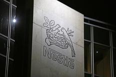 Логотип Nestle в штаб-квартире компании в Веве 18 февраля 2016 года. Крупнейшая в мире компания по производству продуктов питания Nestle наращивает усилия в сфере медицины, заключив сделку стоимостью до 100 миллионов евро ($111 миллионов) с целью разработки и запуска на рынок экспериментального теста для выявления аллергии на молоко у младенцев. REUTERS/Pierre Albouy