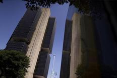 La sede del Banco Central de Brasil en Brasilia, dic 9, 2015. Brasil registró en abril un fuerte superávit presupuestario primario, superando ampliamente los pronósticos del mercado y repuntando frente a la cifra negativa del mes previo, pero el avance no lograría evitar el déficit que se espera para este año.   REUTERS/Ueslei Marcelino