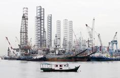 Буровые платформы в Сингапуре. Цены на нефть выросли во вторник, готовясь завершить в плюсе четвертый месяц кряду, так как инвесторы ожидают повышения спроса на топливо в США на фоне начала пикового сезона вождения для главного мирового потребителя нефти. REUTERS/Tim Wimborne/File Photo
