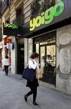 El grupo finlandés TeliaSonera ha concluido el periodo de exclusividad otorgado al fondo británico Zegona para negociar la adquisición de Yoigo, dijo el martes un portavoz del operador nórdico. Imagen de archivo de una tienda de Yoigo en Madrid. REUTERS/Andrea Comas