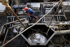 Un trabajador operando en una planta de la estatal venezolana PDVSA, en Cabrutica, estado de Anzoategui, Venezuela. 16 de abril de 2015. Los países del Golfo Pérsico miembros de la OPEP, entre ellos Arabia Saudita, buscan retomar la idea de una acción coordinada en torno a la producción de petróleo cuando el grupo se reúna el jueves, considerando el establecimiento de un nuevo límite para el bombeo, dijeron fuentes del cártel. REUTERS/Carlos Garcia Rawlins/File Photo