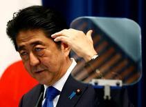 Премьер-министр Японии Синдзо Абэ на пресс-конференции в Токио 1 июня 2016 года. Японское правительство в четверг должно одобрить новую стратегию роста экономики, которая уже разочаровала многих экспертов, так как в ней отсутствуют смелые структурные реформы, необходимые для сокращения разрыва в доходах и остановки быстрого снижения численности населения. REUTERS/Thomas Peter